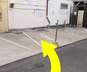 左手に駐車場が見えてきます